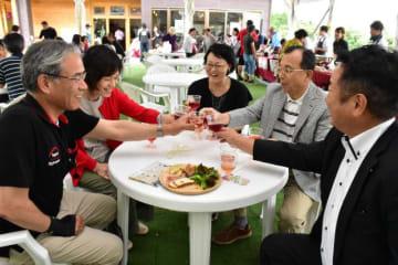 オープニングフェスタが始まった小林生駒高原葡萄酒工房