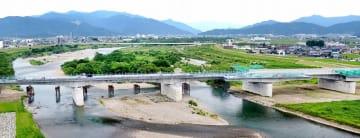 九頭竜川に架かる北陸新幹線の九頭竜川橋=6月14日、福井県福井市上野本町(日本空撮・小型無人機ドローンで撮影)