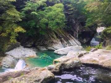 大自然が迫る渓流野天風呂