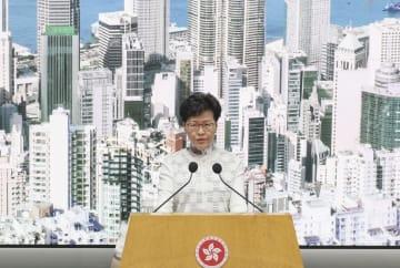香港中心部の政府庁舎で記者会見する林鄭月娥行政長官=15日(共同)