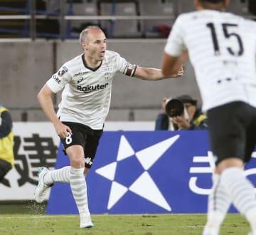 FC東京―神戸 後半、先制ゴールを決め、駆けだす神戸・イニエスタ=味スタ