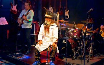 「ロックの日」にステージで歌うかっちゃん(中央)=沖縄市、ZIGZAG