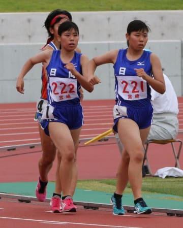 【女子5000メートル競歩決勝】3位に入り全国切符を獲得した日向の大久保侑花(右)と、5位で惜しくも出場を逃した姉の采芽(右から2人目)