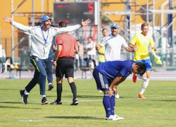 日本―ブラジル PK戦でセーブされ、膝に手をつく5人目のキッカー旗手(手前)と喜ぶブラジルの選手ら=サロンドプロバンス(共同)