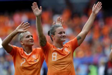 カメルーンに勝利し、喜ぶオランダの選手たち=15日、フランス・バランシエンヌ(AP=共同)