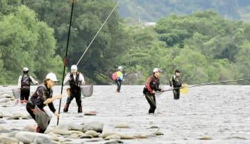 解禁日のアユ釣りを楽しむ人たち=6月15日、福井県永平寺町松岡上合月