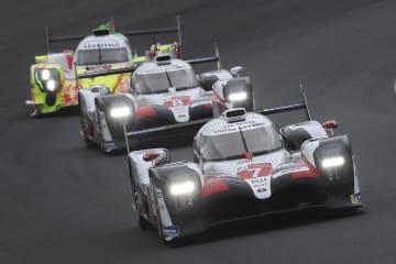 レースをリードする、トップのトヨタ7号車(手前)と2位の8号車(中央)=15日、ルマン(AP=共同)