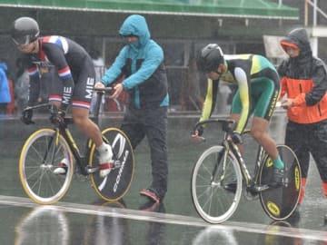 【自転車競技男子スプリント準決勝第3レースに臨む(左から)小西と伊藤=静岡・日本サイクルスポーツセンターで】