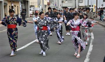 鯵ケ沢甚句の流し踊りを披露する鯵ケ沢高生