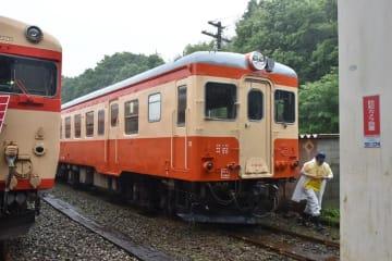 車体の傷みを補修後、朱色とクリーム色のツートンに塗装したキハ52(右)=15日、大多喜駅