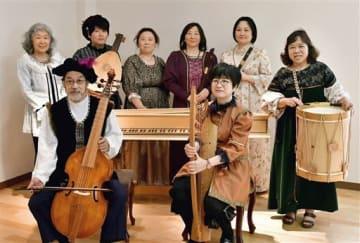 フィリピンで古楽器を演奏する「コレジヨの仲間」メンバーら=天草市