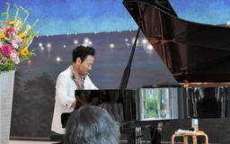 ピアノを奏でる西川悟平さん=豊岡市城崎町湯島