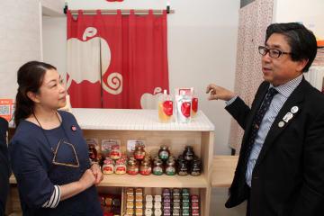 店頭で商品について話し合う堀切川教授(右)と高森常務