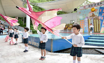 地元のかしのき幼稚園年長児がマーチングバンド演奏とカラーガード演技を披露し、開園50周年を祝った=上山市・リナワールド