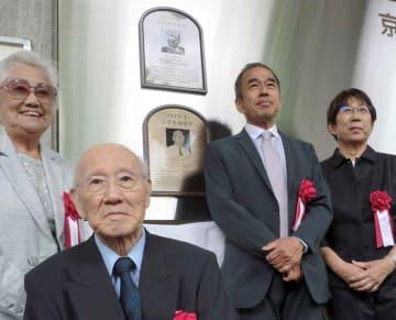 披露されたパネルの前で記念撮影する岡本さん(手前)ら=わかさスタジアム京都
