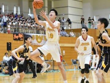 バスケットボール男子決勝第1クオーター、シュートを放つ商大付の脇真大=笠岡総合体育館