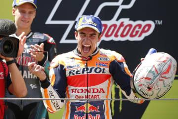 オートバイのカタルーニャGPを制し、表彰台で笑顔のマルク・マルケス=16日、モントメロ(AP=共同)