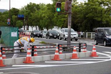 防護柵とゼブラゾーンの区画線が新たに整備された事故現場の交差点(大津市大萱6丁目)