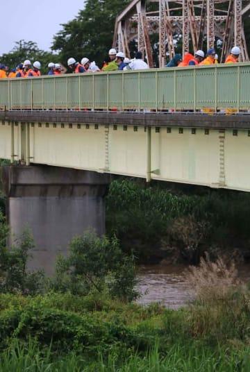 姉川に流された男児を橋の上から捜索する警察官や消防隊員(16日午後6時頃、滋賀県長浜市難波町)