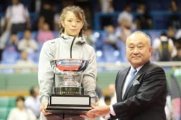 宿敵を破って優勝、明治杯を受賞した女子57kg級の川井梨紗子(ジャパンビバレッジ)