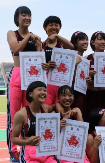 女子1600メートルリレーを制した宮崎商の(左上から時計回りに)森山、上村怜、那須、神田