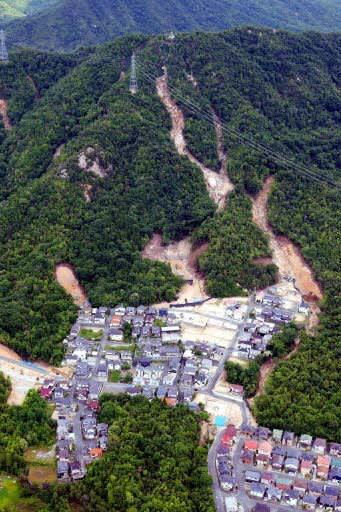 被災家屋の撤去がほぼ終わり、更地が広がる大原ハイツ。背後の山にはまだ土砂災害の爪痕が残る(12日、広島県熊野町)