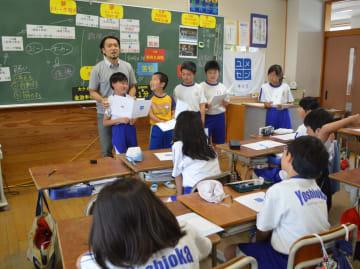 児童代表が発表する夢をたたえる小宮山さん
