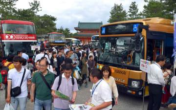 関西各地を走るバスが一堂に会したスルッとKANSAIバスまつり(京都市左京区・岡崎公園)