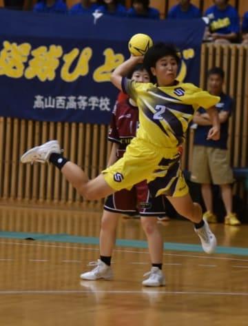 【ハンドボール女子準決勝 攻守でチームを引っ張った四日市商の古川瞳=静岡市のこのはなアリーナで】
