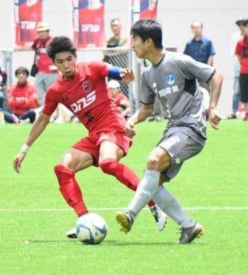 【いわきFC―猿田興業】先制点を挙げる活躍でチームの勝利に貢献したいわきFCのDF日高(左)
