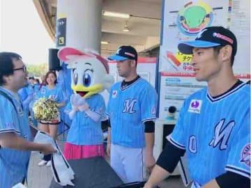 試合前にフェイスタオルを販売する荻野選手と清田選手