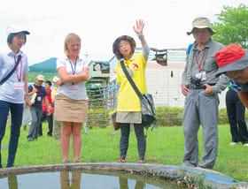 世界ジオパーク再認定審査で審査員に有珠山噴火災害について説明する洞爺湖有珠火山マイスター(左から3人目)=2017年、洞爺湖町内