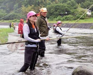 アユ釣りに挑戦する女性