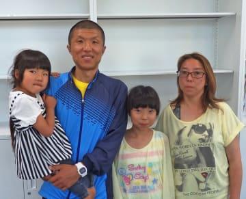 「娘には続けることの大切さを伝えたい」と語る阿部さん(左から2人目)=藤沢市