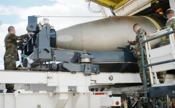 2005年、米ワイオミング州の発射基地から撤去された大陸間弾道ミサイルの核弾頭部分(共同)