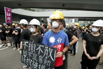 「逃亡犯条例」改正案の撤回や林鄭月娥行政長官の辞任を求め、香港中心部の政府庁舎前でデモに参加する人ら=17日(共同)