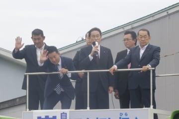 秋田入りした岸田政調会長(中央)。イージス・アショアを巡る防衛省の対応を批判した=15日、能代市