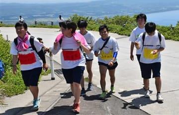 釜臥山展望台付近を歩く生徒たち。後方には市街地や陸奥湾が見える