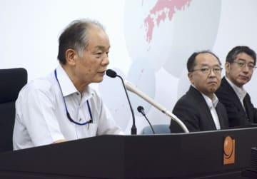 記者会見する国地方係争処理委員会の富越和厚委員長(左)=17日午後、総務省