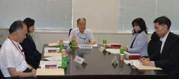 名護市辺野古の埋め立て承認撤回を巡る県の申し出を審査する国地方係争処理委員会=17日、総務省