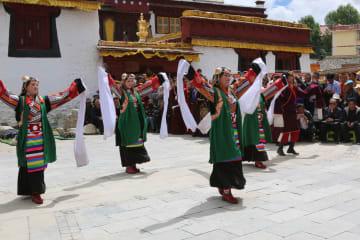 四川省カンゼ・チベット族自治州で無形文化遺産22件を披露