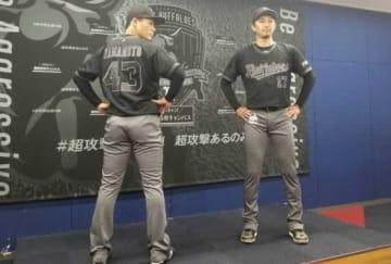 「Aggressive BLACK」カラーユニホームを着用した増井浩俊(右)と山本由伸【写真:橋本健吾】