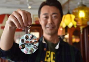 余湖明智さんの開発したゼッケン留め「BIB-IT.」と、それを持ち運べるキーホルダー
