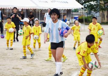 子どもたちを指導するディエゴ・加藤・マラドーナさん=上峰小グラウンド