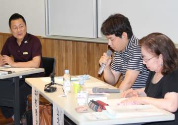 引きこもり経験者の中村さん(中央)らが登壇したトークイベント=長崎市興善町、長崎市立図書館