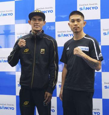 WBOスーパーフライ級王座決定戦の予備検診を終えた井岡一翔(右)とアストン・パリクテ=17日、東京都品川区