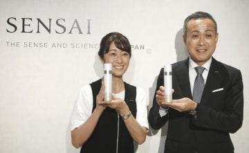 「SENSAI」ブランドの商品を手にするカネボウ化粧品の村上由泰社長(右)=17日、東京都内
