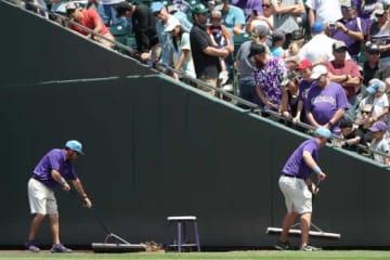 クアーズフィールドで水道管が破裂し試合が中断されるハプニングが発生【写真:Getty Images】