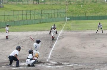 準々決勝の高陽ー邑久で白熱した試合を繰り広げる選手たち=桜が丘野球場