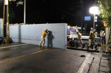 陸閘の閉鎖作業に当たる請負業者の作業員ら